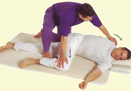 растягивание за плечо и колено